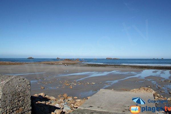 Mise à l'eau sur la plage de Primel à Plougasnou