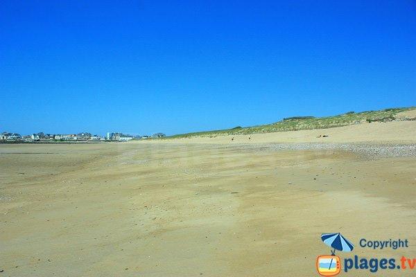Grande plage de sable avec des dunes à St Gilles - Vendée