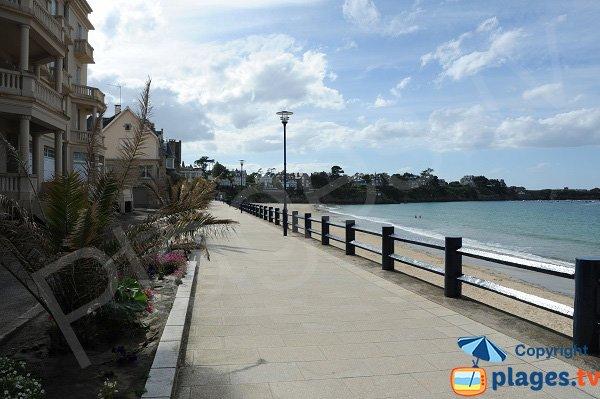Promenade piétonne au bord de la Grande Plage - Saint Lunaire