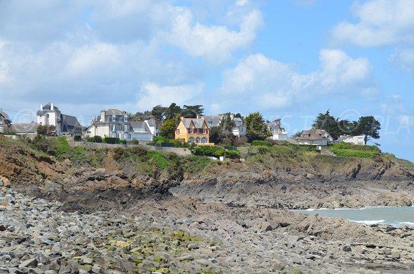 Rochers sur la plage de l'Isnain à Saint-Quay