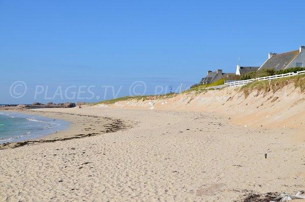 Maisons sur le bord de la plage de la Grève Rose à Trégastel