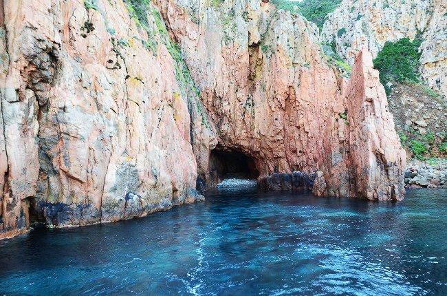 Grotte avec une plage de galets dans les calanches de Piana