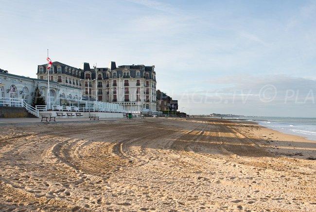 La plage, le casino et le front de mer d'Houlgate