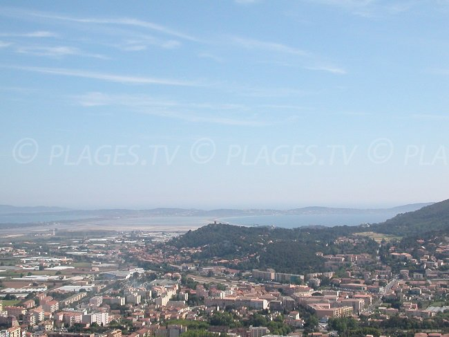 Vue aérienne d'Hyères avec la presqu'ile de Giens et Porquerolles