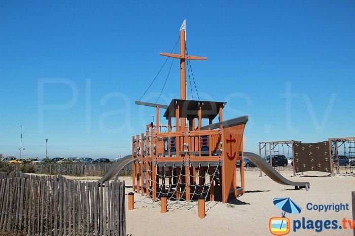 Jeux pour les enfants sur la plage de Calais