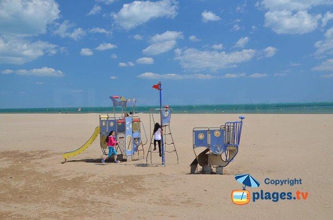 Jeux pour les enfants sur la plage de Narbonne