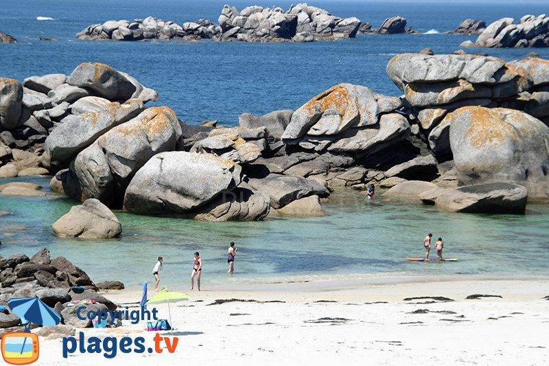 Gros rochers sur une plage de la Côte des Légendes