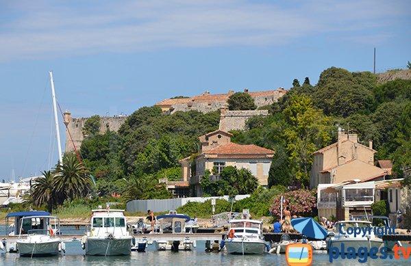 Le port et le fort de l'ile de Sainte Marguerite - Ile de Lérins