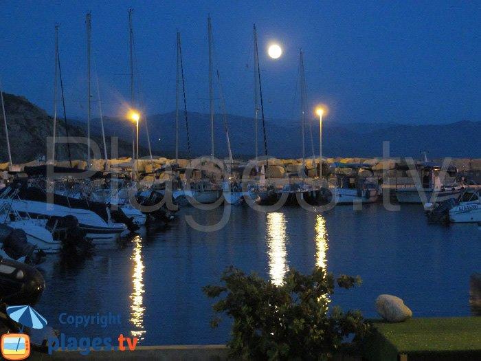 Lever de lune sur le port de Cargèse
