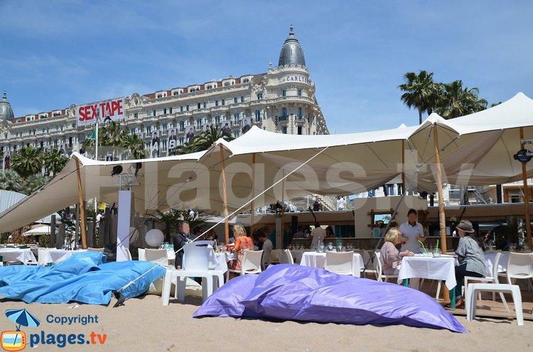 Lits sur le sable à Cannes face au Carlton