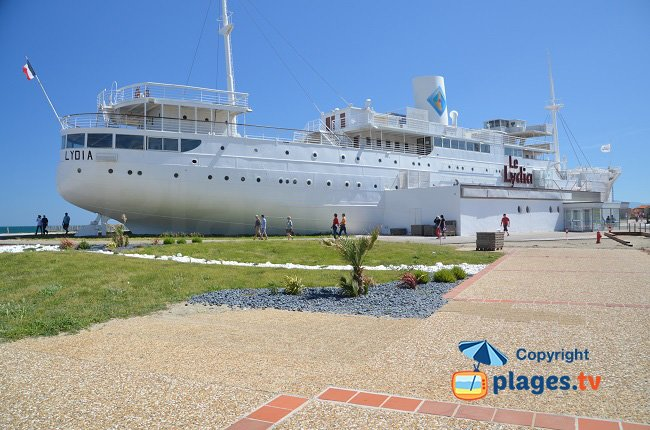 Port barcar s un paquebot sur la plage - Restaurant l huitre y est port des barques ...