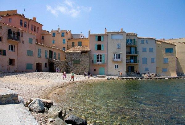 Maisons colorées et criques à St Tropez