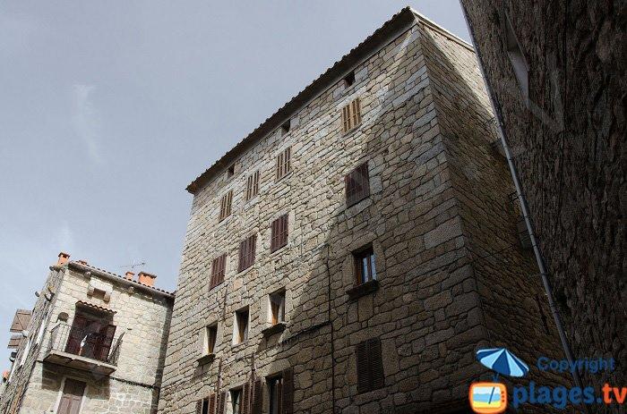 Le facciate delle case di granito grigio di Sartène