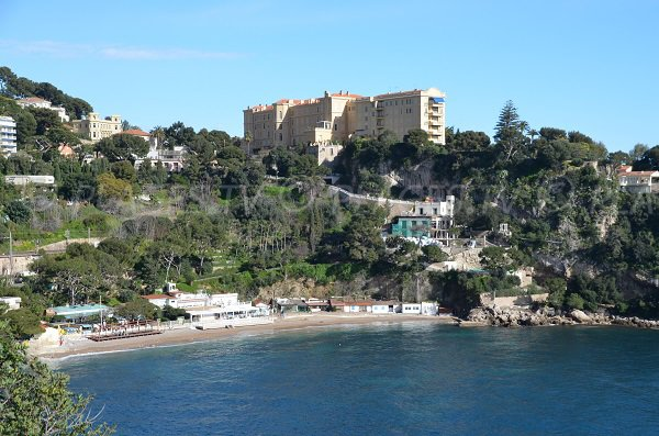 Mala Bay mit seinem Strand und Überschrift