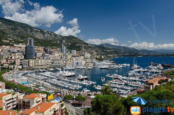 Le port, les immeubles de Monaco au milieu des montagnes de la Côte d'Azur