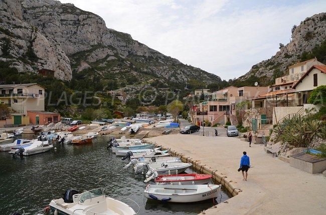 Cabanons en bord de mer en provence - Restaurant l huitre y est port des barques ...