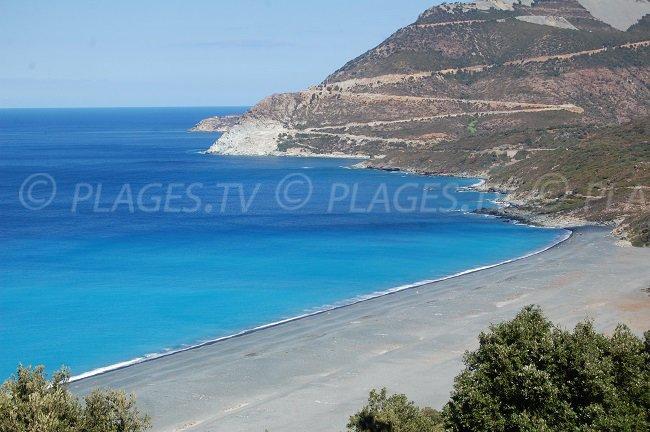 Spiaggia di ciottoli grigi a Cap Corse - Nonza