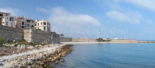 Vieille ville d'Antibes avec la plage de la Gravette