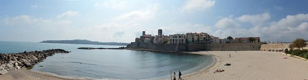 La Gravette à Antibes avec le vieille ville et le Cap d'Antibes
