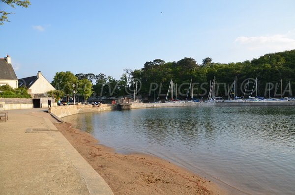 Photo of swimming pool of Conleau in Vannes with the port