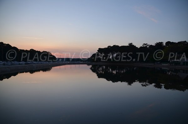 Photo de la piscine de Vannes sur la presqu'île de Conleau au coucher du soleil