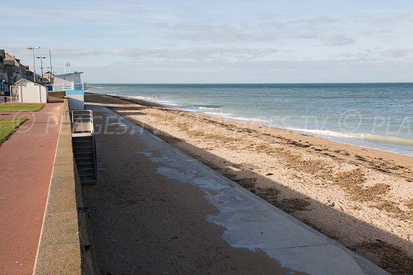 Plage de Langrune sur Mer dans le Calvados et promenade piétonne