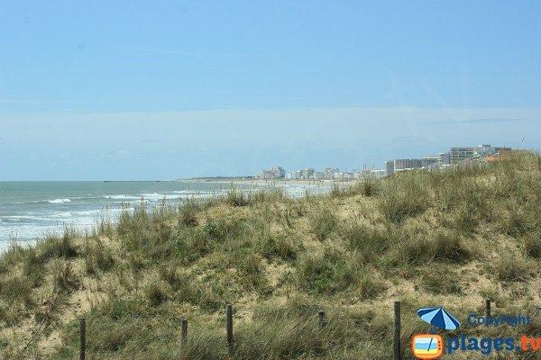Dunes et immeubles de Saint Jean de Monts depuis le plage des 60 Bornes