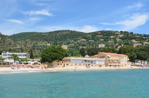 Plages privées et hôtels sur la plage d'Aiguebelle au Lavandou
