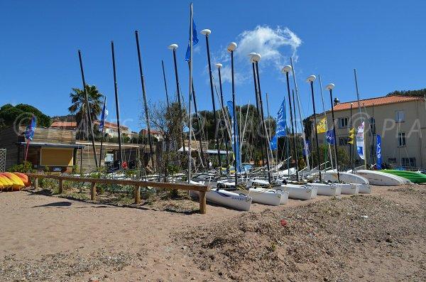 Activités nautiques sur la plage de sable Aiguemarine à Agay