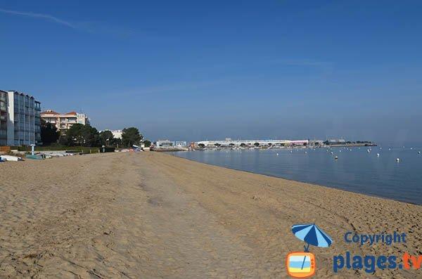 Photo de la plage de l'Aiguillon à Arcachon à côté du port