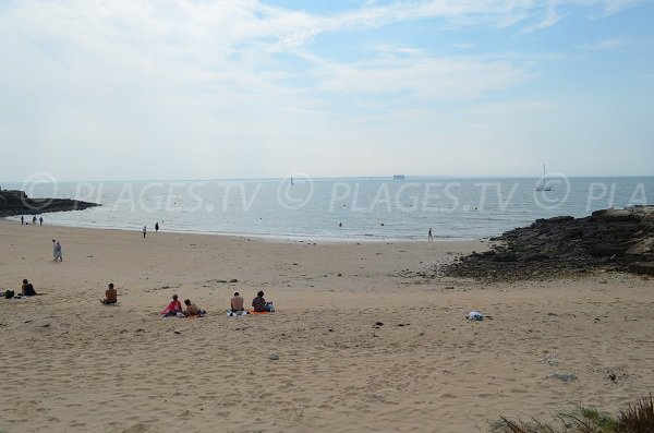 Fort Boyard is visible from this beach of the island of Aix (between the boats)