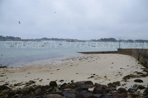 Plage de sable dans l'anse de Pellinec à Port Blanc