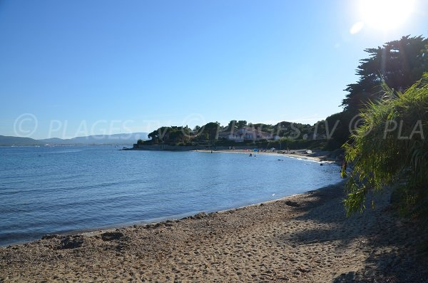 Photo de la plage dans l'anse du Vieux Moulin à Port Grimaud