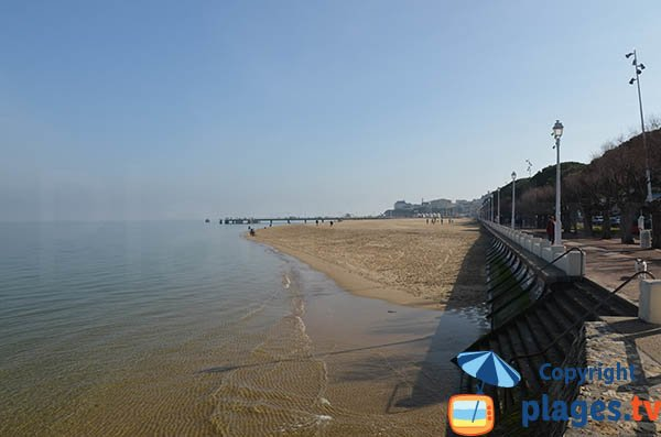 End of the beach of the center of Arcachon at the level of the summer city