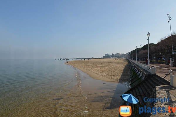 Extrémité de la plage du centre d'Arcachon au niveau de la ville d'été