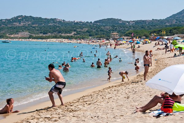 Grande plage de sable à proximité du centre d'Algajola