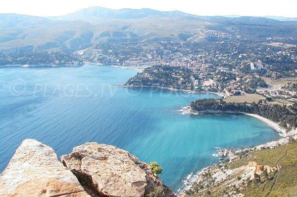 Foto des Strandes der Arena mit Blick auf die Bucht von Cassis