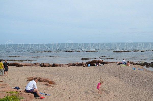 Plage de sable avec des rochers à Boulouris