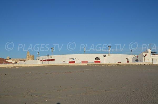 Arènes des Stes Maries de la Mer vue depuis la plage