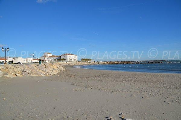 Plage de sable dans le centre ville des Saintes Maries de la Mer
