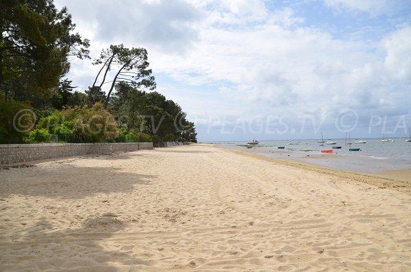 Plage de sable au bord du bassin d'Arcachon d'Arès (Coty)
