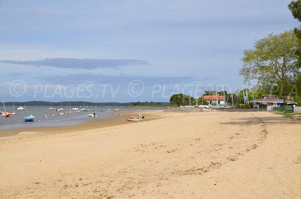 Photo de la plage au niveau de la base nautique d'Arès