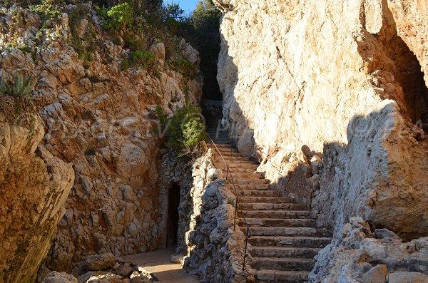Escaliers pour accéder à la plage de Faux Argent au Cap d'Antibes