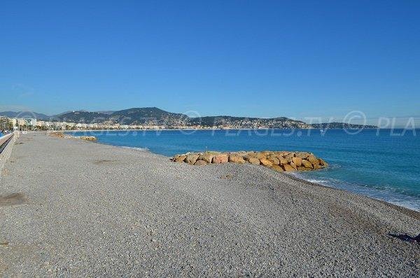 Gros galets sur la plage Aubry Lecomte et belle vue sur Nice