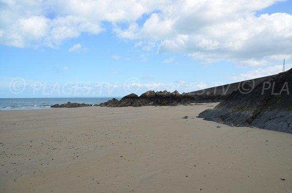 Vue sur la digue de l'avant port de Binic depuis la plage