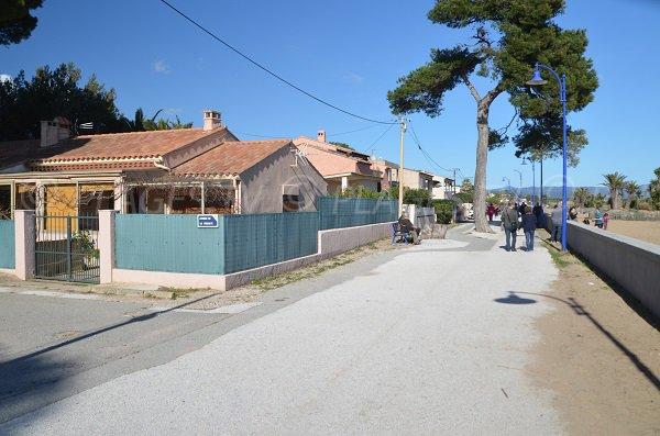Promenade piétonne à l'Ayguade le long de la plage