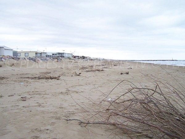 Plage des Ayguades à Gruissan avec les mobil-home sur la plage