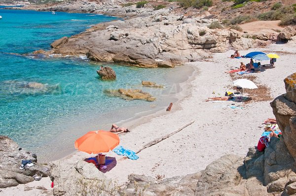 Crique de sable dans la baie d'Algajo à Lumio (Corse)