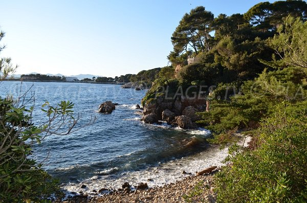 Creek in the baie des Milliardaires in Antibes