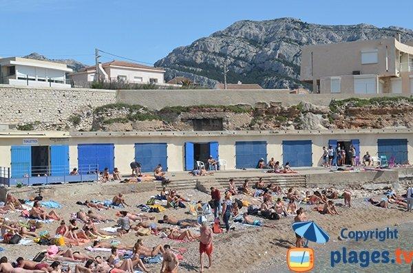 Cabanons sur la plage du Bain des Dames à Marseille